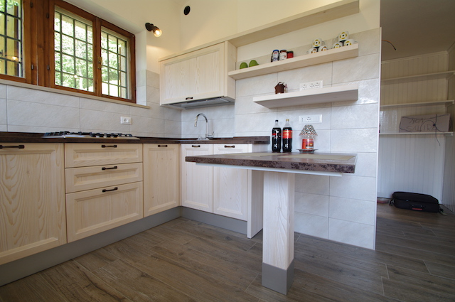 https://www.duegiviverenellegno.it/images/img-sito/gallery/cucine-soggiorni/131-cucina-abete.jpg